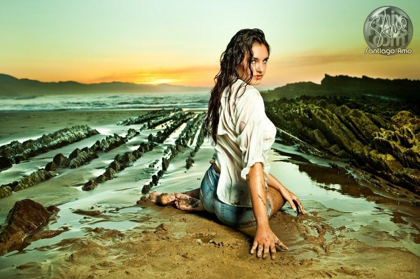 Foto en una playa de una modelo